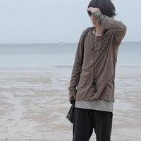 低头走在海边沙滩上的QQ男生头像