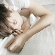 躺在床上自拍的QQ帅气男生头像_你若在、整个世界都在