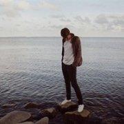 低头走在海边沙滩上的365投注平台男生头像