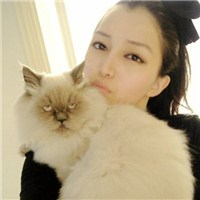 抱着猫的女生头像:小心有喵星人出没