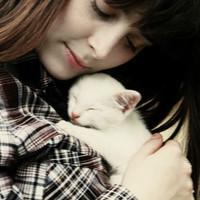 欧美女生抱着猫咪的头像:真正的朋友不是风光时的蜂拥