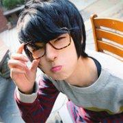眼镜男孩斯文QQ空间头像:不能让出一寸至真至爱的草地