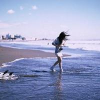 美女在海边嬉戏玩耍的意境头像