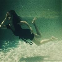 漂浮在大海里的伤感女生头像