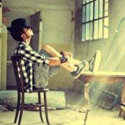 欧美男生QQ头像图片:多渴望懂得的人给些温暖借个肩膀