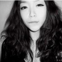 略显悲伤的孤独女生QQ头像 黑白范儿