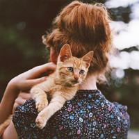 抱着小猫咪的女生可爱头像