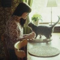 欧美女生抱着猫咪的复古QQ头像