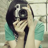 手拿单反相机的唯美女生头像,拍摄生活中最美的画面