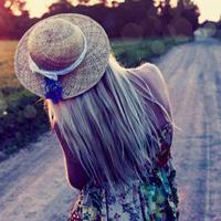 唯美复古风的戴帽子女生头像,给人很田园的感觉