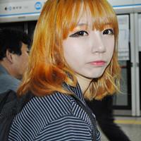 黄头发的女生妖媚头像_擦掉眼泪很容易