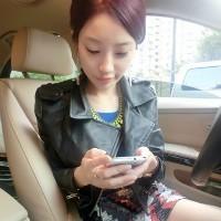 女生手拿手机的QQ头像