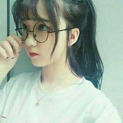 韩系戴眼镜的女生头像可爱萌 早恋不会影响学习