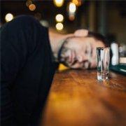 在酒吧喝酒的英俊欧美男生头像
