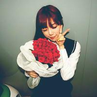 手捧鲜花的情侣头像,唯美风格的情侣头像一对两张