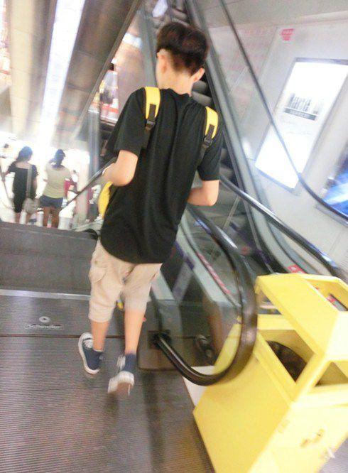 酷酷的QQ男生皮�w大�D,走路姿�莺每窗��