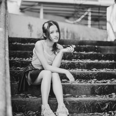 黑白图片伤感哭泣女生
