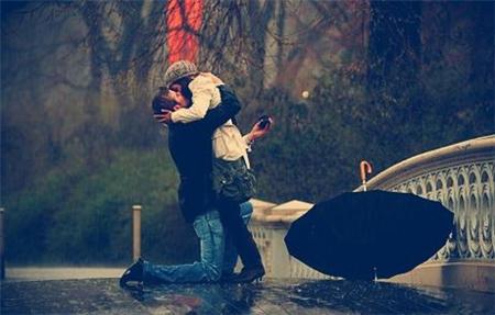 情侣接吻图片一男一女