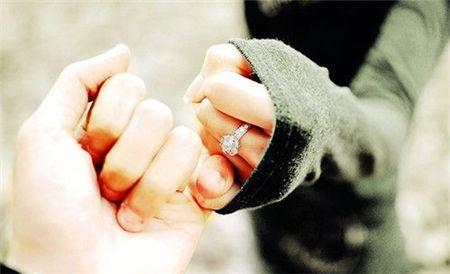 情侣手拉手图片两人