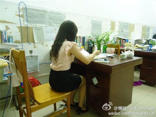 老师丝袜 学生上课偷拍穿丝袜的女老师