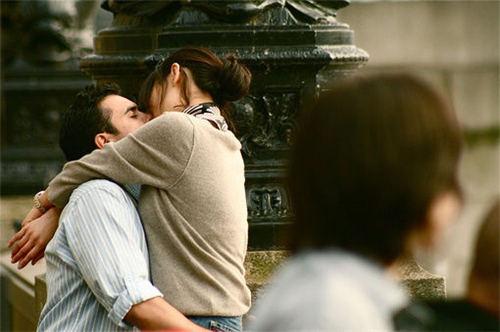 情侣男女拥抱亲吻图片