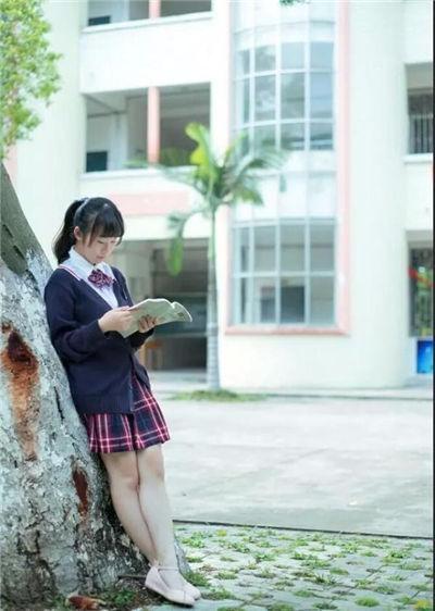 穿校服的女生qq皮肤图片