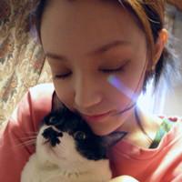 女生抱小动物的头像