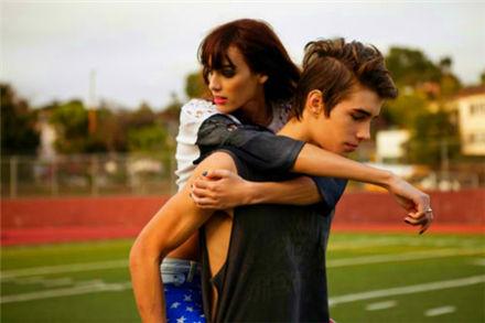 男生抱着女生的图片