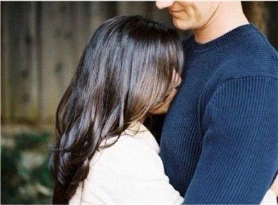 女生抱男生亲吻的图片