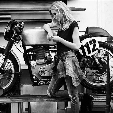 女生骑重机车的图片