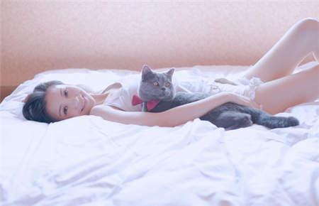 唯美女生抱猫图片