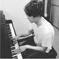 男生弹钢琴的qq头像 背影好帅