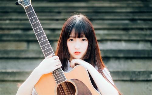 弹吉他的女生唯美图片
