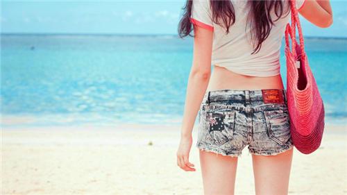 唯美蓝色海边女生图片