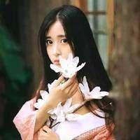 手捧鲜花的长发女生头像