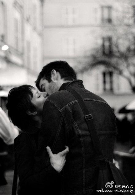 黑白情侣图片一男一女亲吻