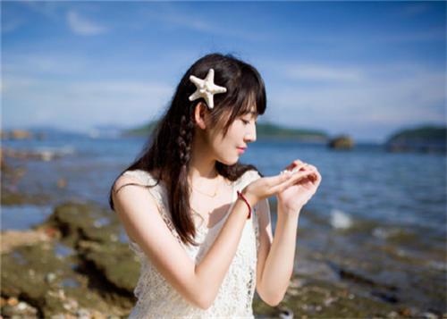 海边穿白色长裙的美女图片
