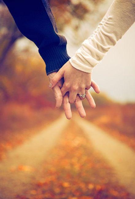 情侣手挽手图片