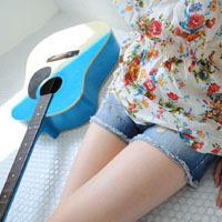 弹吉他的qq女生头像