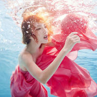 qq头像女生浸泡在水里