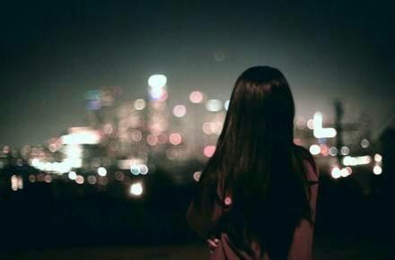 夜晚一��人寂寞的女生背影�D片