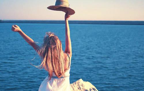 气质美女海边唯美小清新图片 她像一个孤注一掷的赌徒