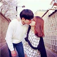 在大街上接吻的qq情侣头像