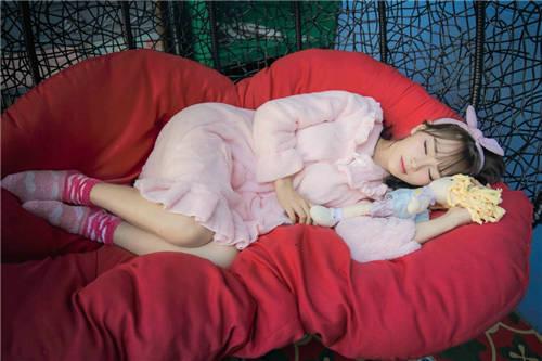 粉色睡衣美女图片