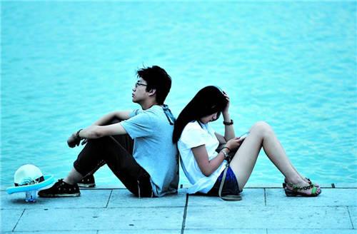 情侣背靠背坐着的温馨浪漫图片