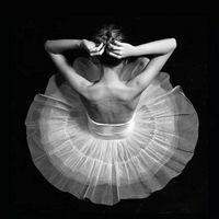 跳芭蕾舞的女生黑白qq头像