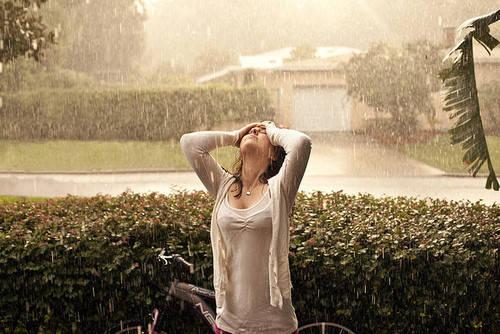 女生淋雨伤感图片