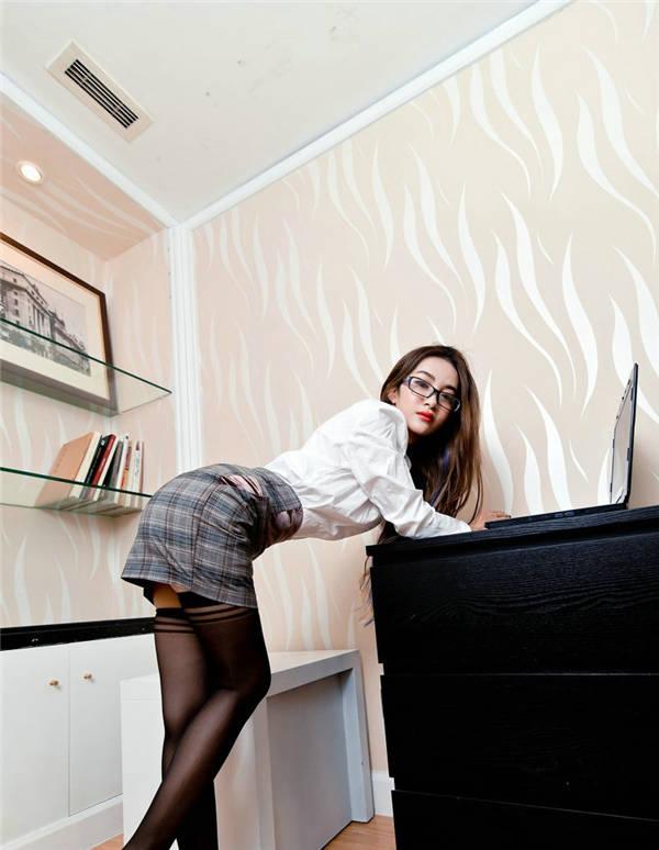 办公室极品黑丝女同事图片