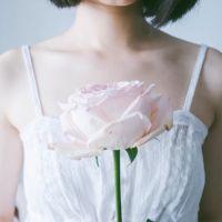 女生头像半身白色衬衫