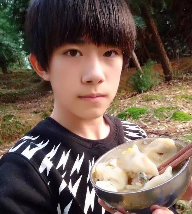 易烊千玺冬至吃饺子的照片